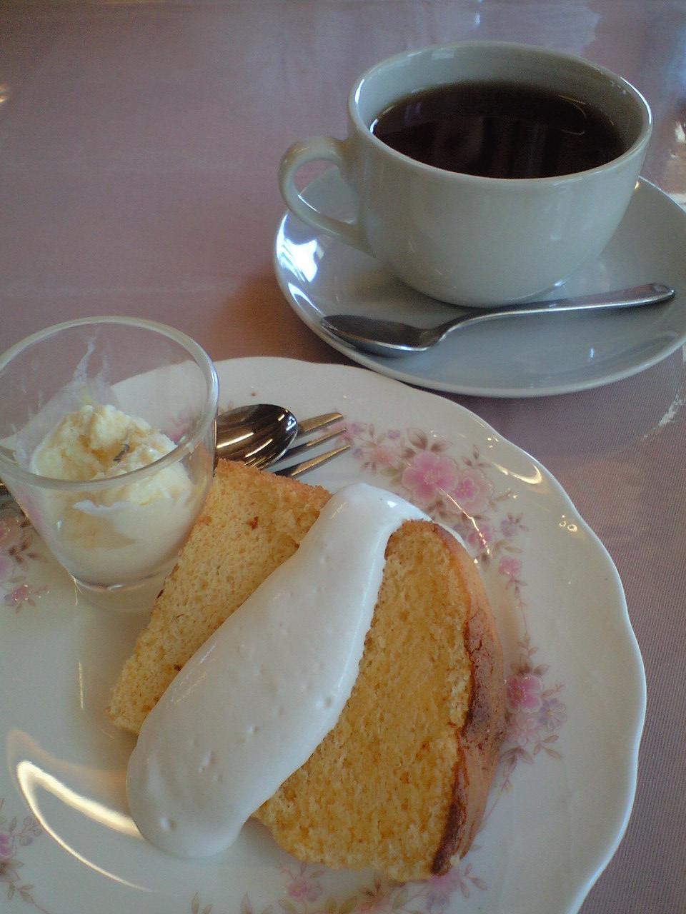 デザートはレモンのシフォンケーキ・アイスクリーム添え、でした